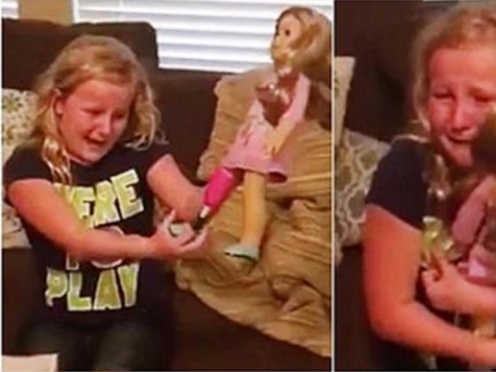 Una niña recibe una muñeca con una pierna biónica igual a la suya.