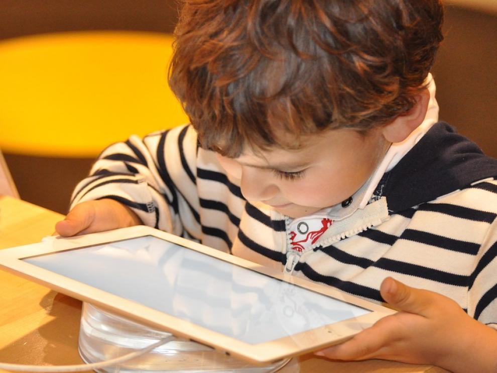 Un niño pequeño con una tablet, una estampa habitual hoy en día