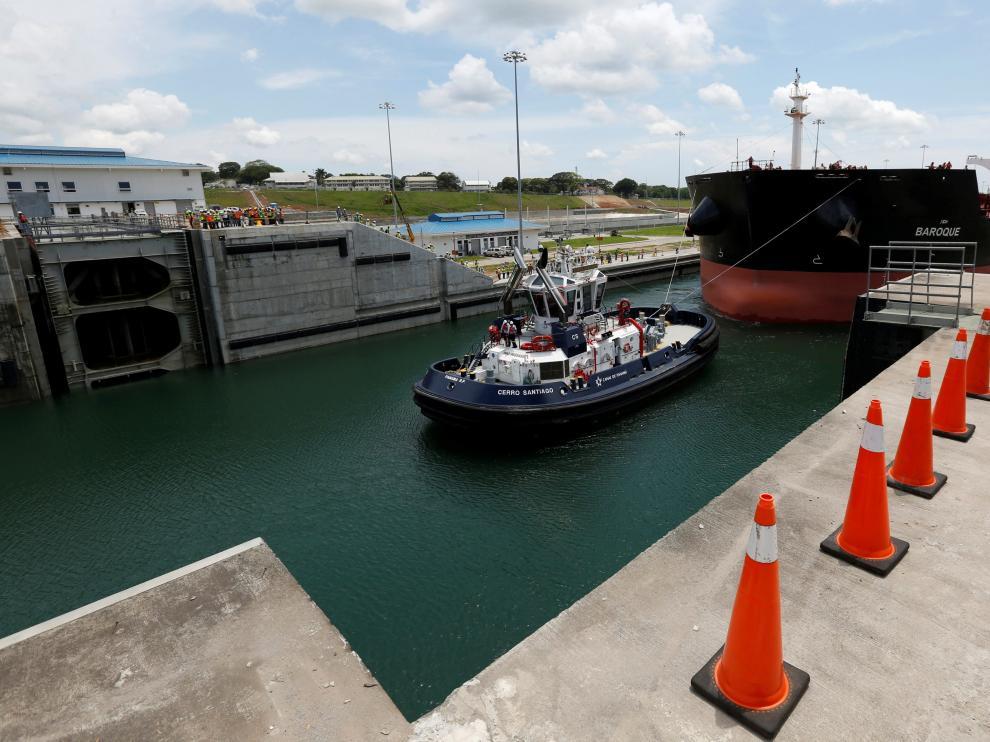 El buque que ha cruzado las exclusas del Canal de Panamá