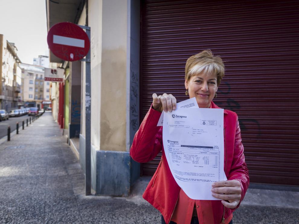 Jacoba Serrano, con el recibo de los 2.808 euros que le ha devuelto el Ayuntamiento.