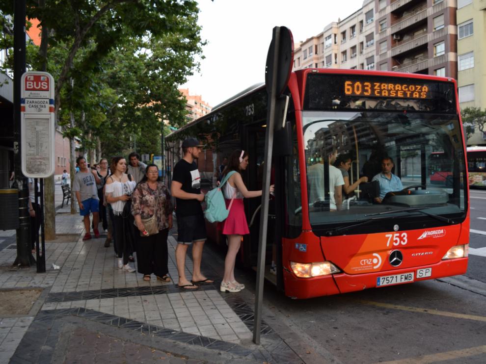 El autobús que une Zaragoza y Casetas, en la parada del paseo María Agustín