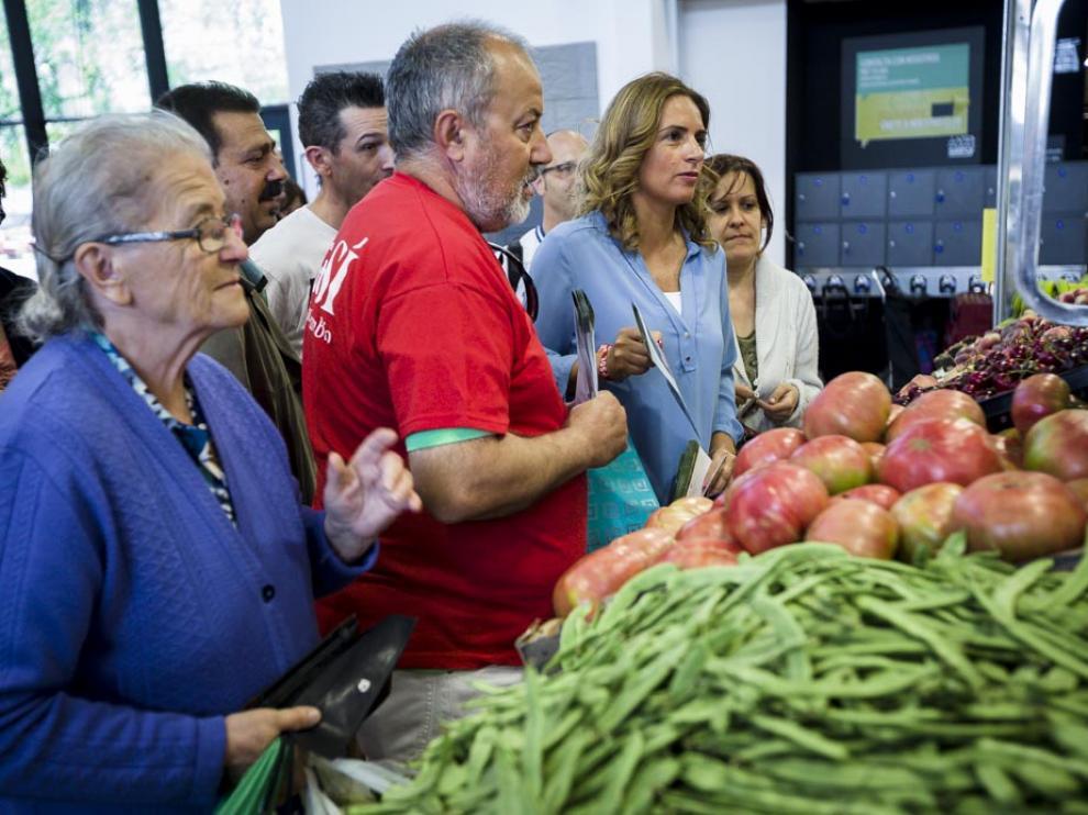 Los socialistas visitan en el mercado de Valdespartera