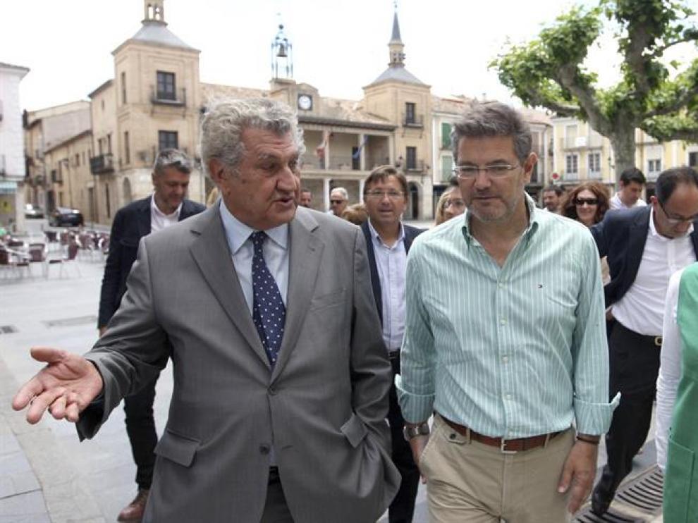 El ministro de Justicia en funciones, Rafael Catalá (c), acompañado por el expresidente del Congreso Jesús Posada (i), y la presidenta del PP de Soria, Marimar Angulo (d), en El Burgo de Osma.