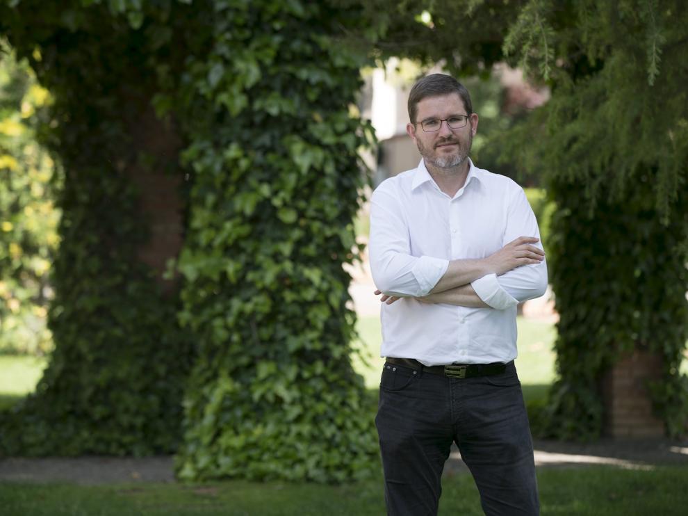 El cabeza de lista del PSOE al Congreso por Teruel, Ignacio Urquizu, en el parque de Fernando Hué de Teruel.