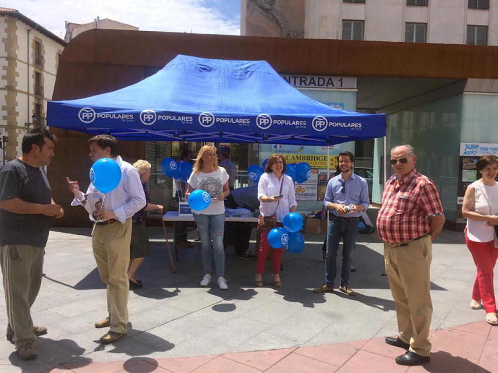 Los candidatos populares atendieron a los votantes en la mesa de Mariano Granados.