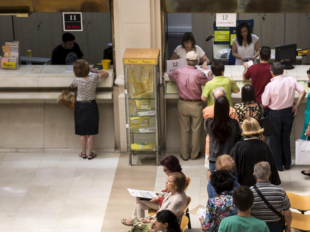 Colas en la oficina central de Correos para pedir el voto por correo.
