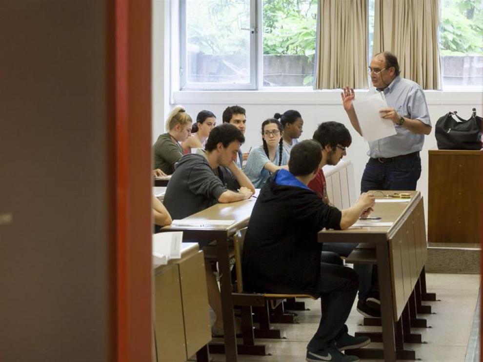 Algunos de los cerca de 10.000 alumnos de Bachillerato y ciclos formativos de Castilla y León que han iniciado hoy las últimas pruebas de Selectividad