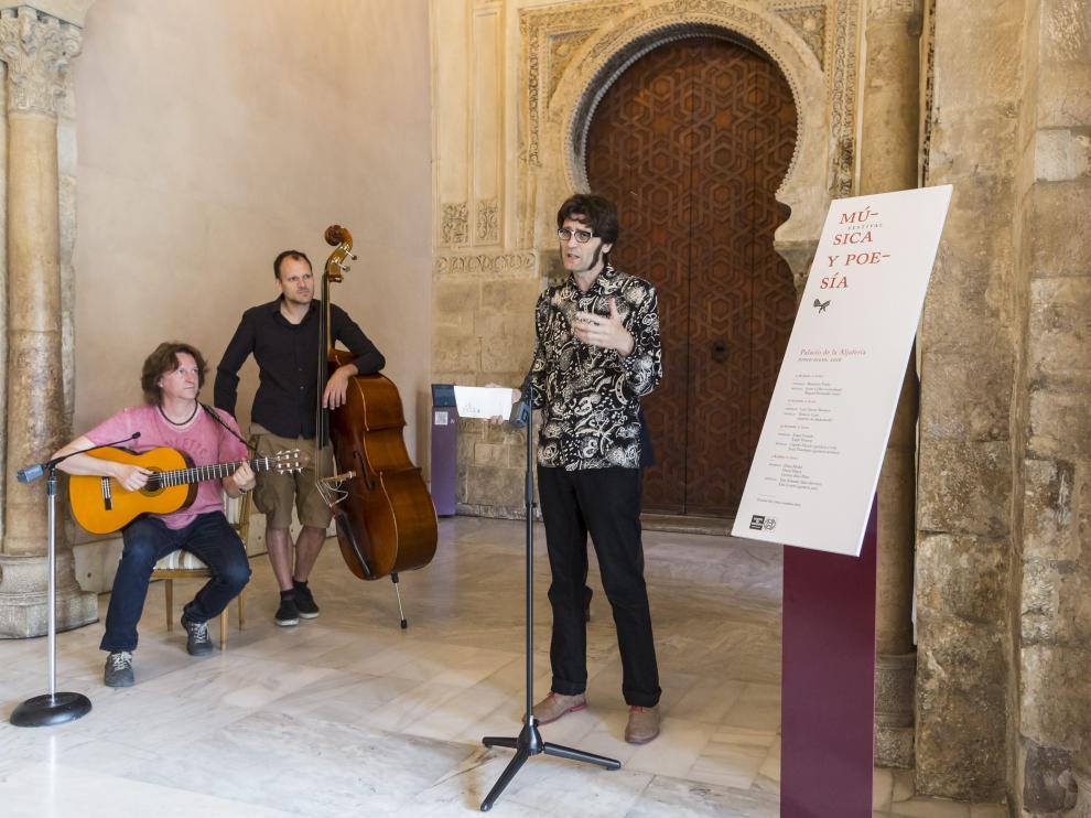 El poeta David Mayor junto a los músicos Capitán Mundo (guitarra) y Javier Callén (contrabajo), en la presentación del festival este miércoles. Guillermo Mestre.