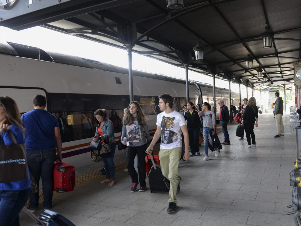 Llegada, ayer, a la estación de Teruel de un tren de Valencia con destino a Zaragoza.