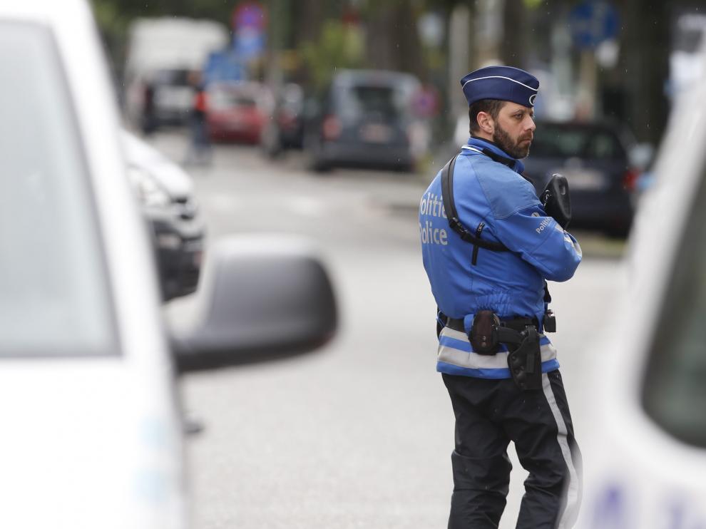 La policía bloquea el acceso a la Avenida de Caserne en Etterbeek durante la reconstrucción del atentado de Maelbeek en Bruselas