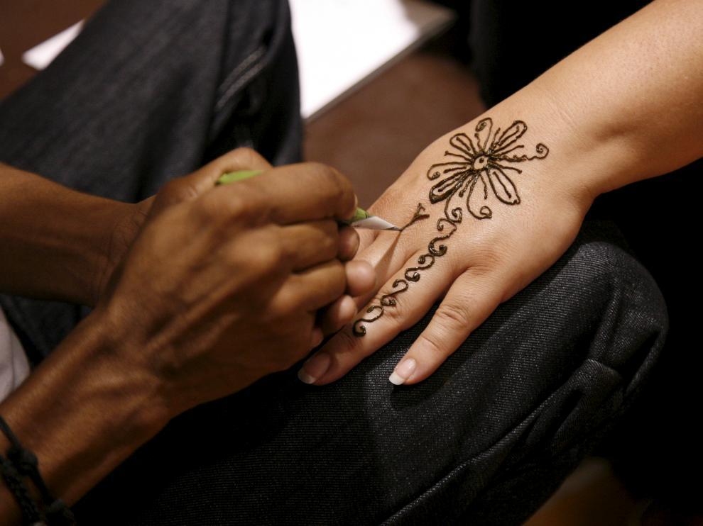 En los últimos años se utiliza la henna negra para hacerse tatuajes temporales.