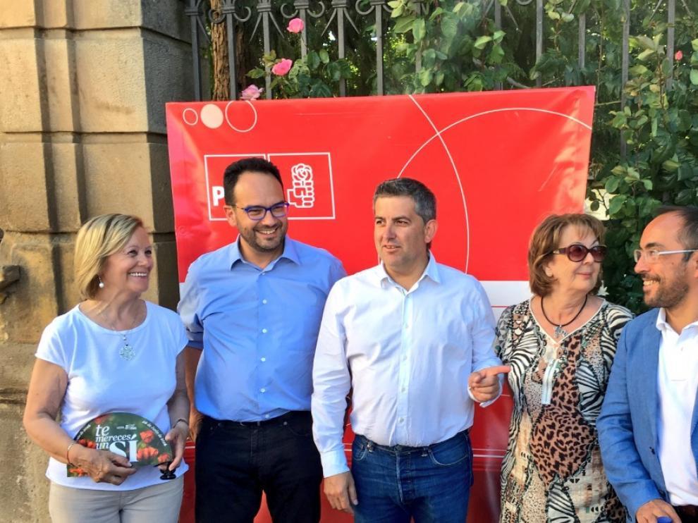 El portavoz del grupo parlamentario del PSOE, Antonio Hernando (2i), junto a los candidatos socialistas al Congreso y Senado y otros representantes.
