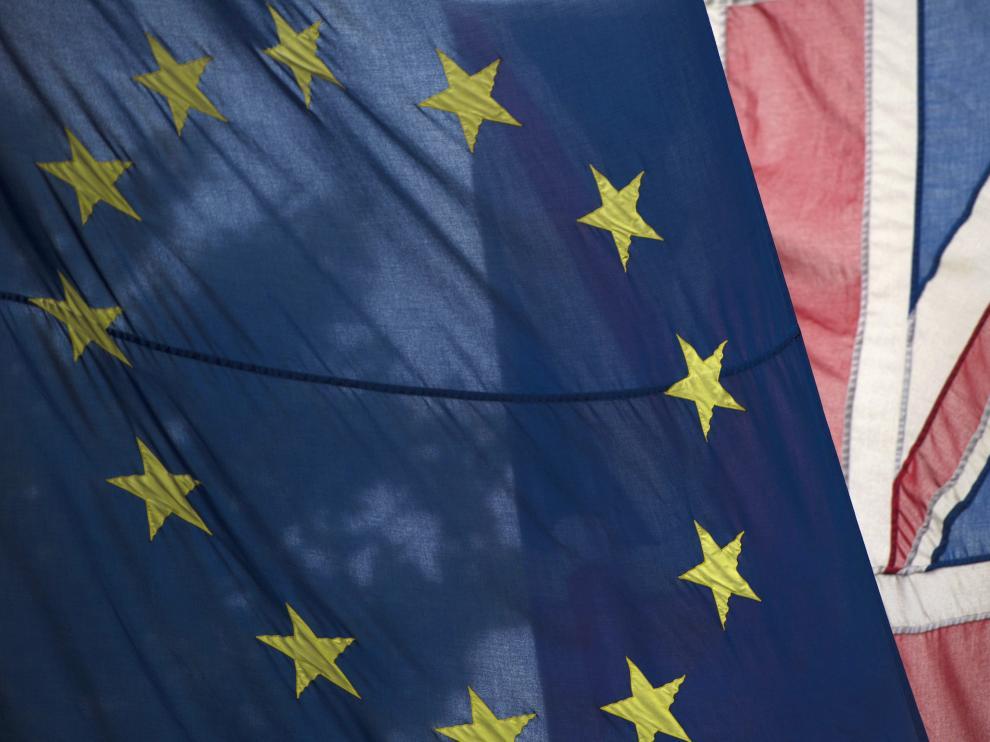 Una bandera británica y otra de la UE, en el día que el Reino Unido decide sobre el 'brexit'.