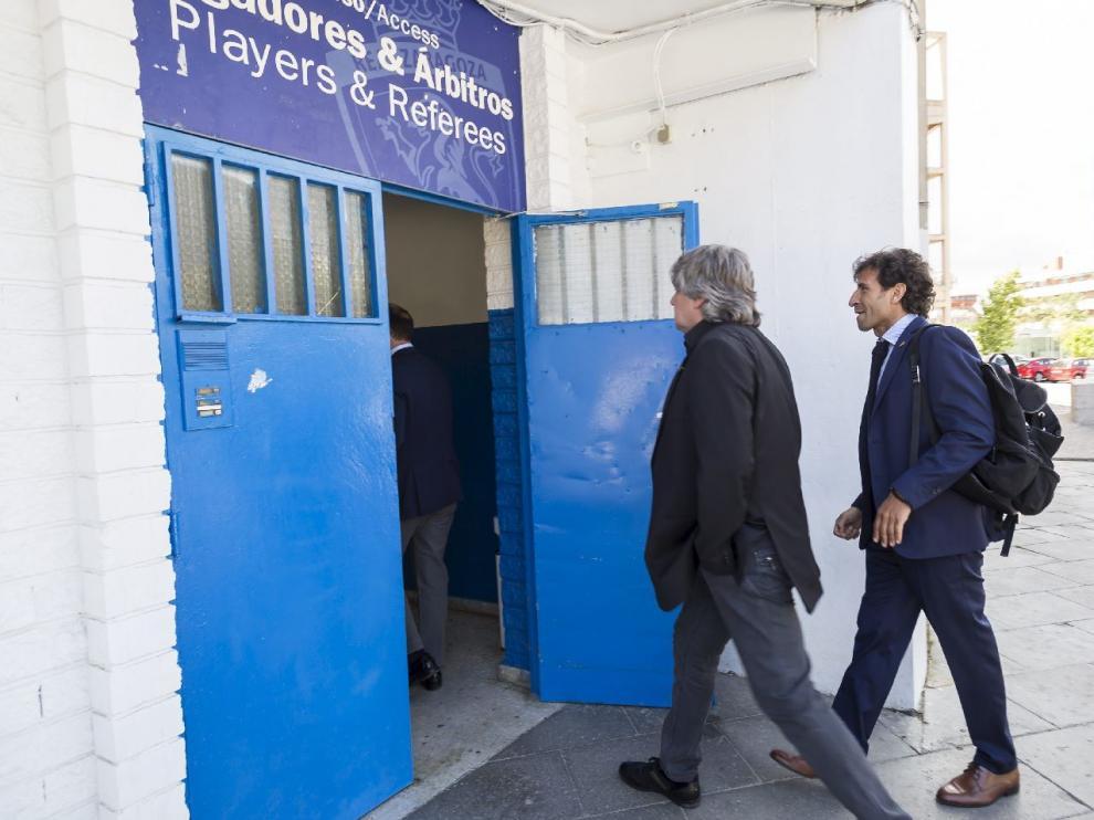 Narciso Juliá y Luis Milla entran en la zona de vestuarios de La Romareda el día de la presentación del nuevo entrenador del Real Zaragoza.