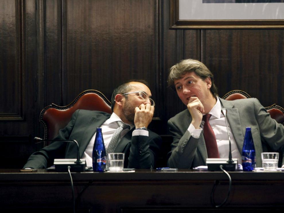 El presidente de la Diputación de Soria, Luis Rey (i), junto al alcalde de la capital, Carlos Martínez, en un pleno municipal.