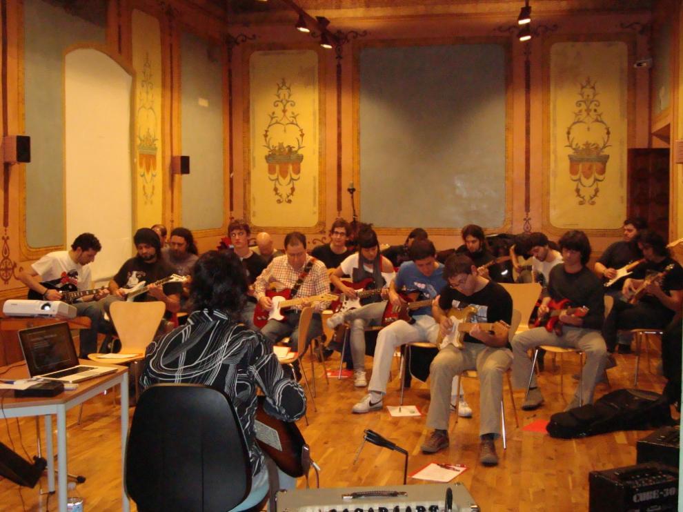 Clase en la Escuela municipal de música y danza.