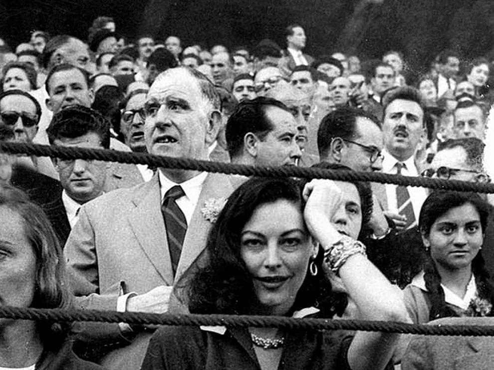 Ava Gardner, en una vista a la plaza de todos de la Misericordia de Zaragoza, en la famosa foto de Luis Mompel.
