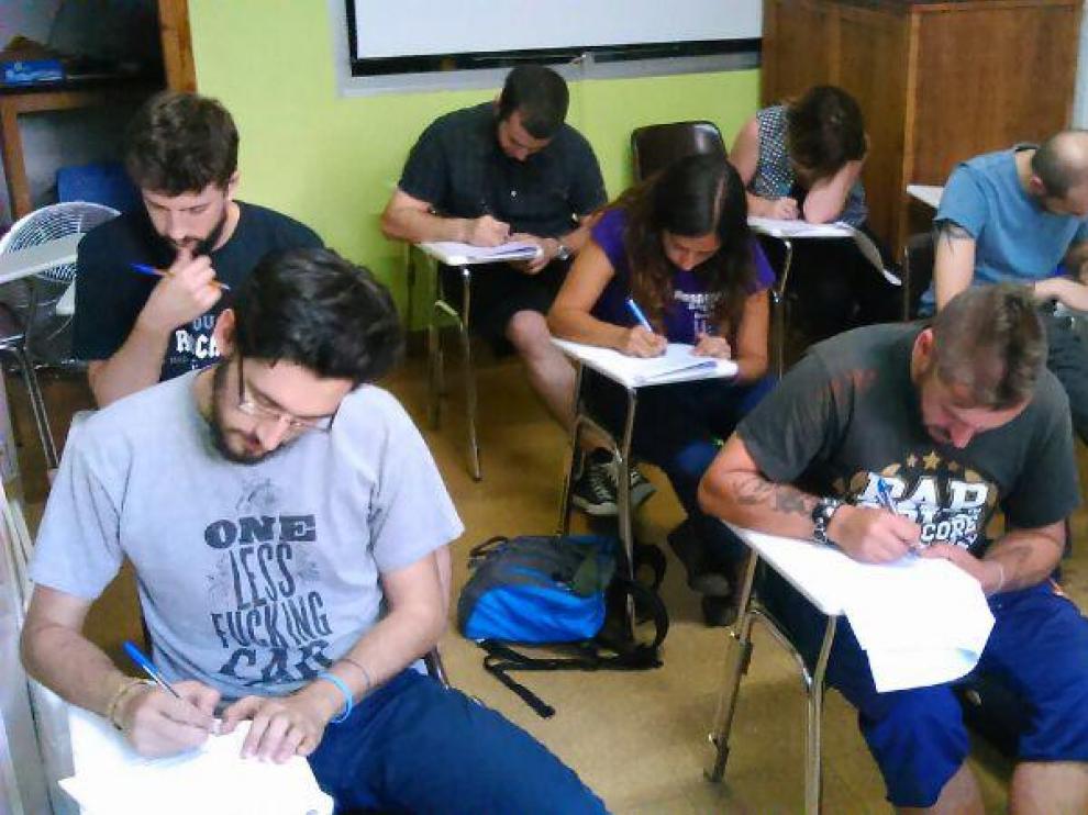 Imagen de una clase de lengua aragonesa en la Asociación Cultural Nogara