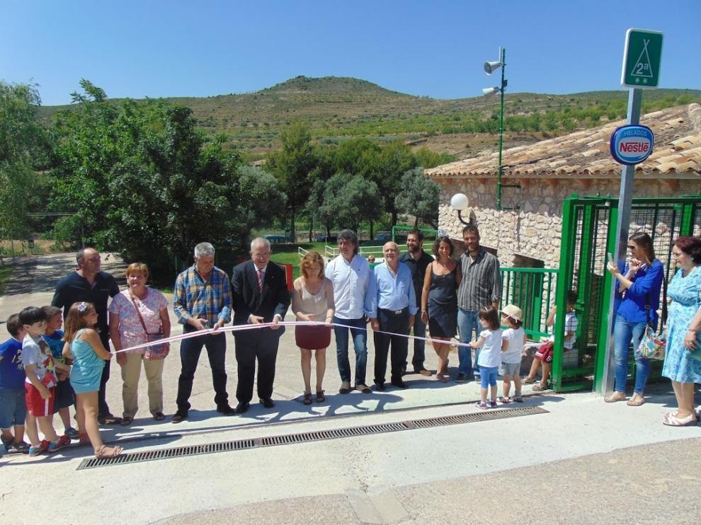 Las autoridades, en el corte de la cinta para la inauguración ayer del campin de Trasobares.