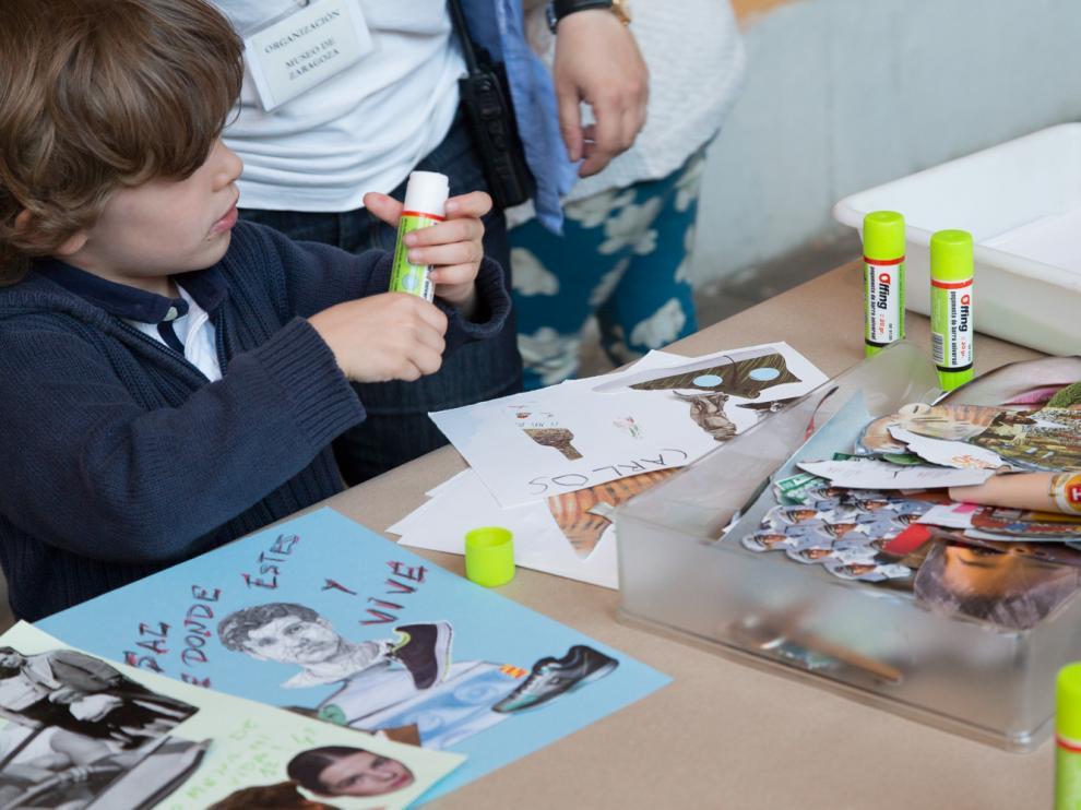 Un niño disfruta de las actividades de verano en el Museo de Zaragoza.
