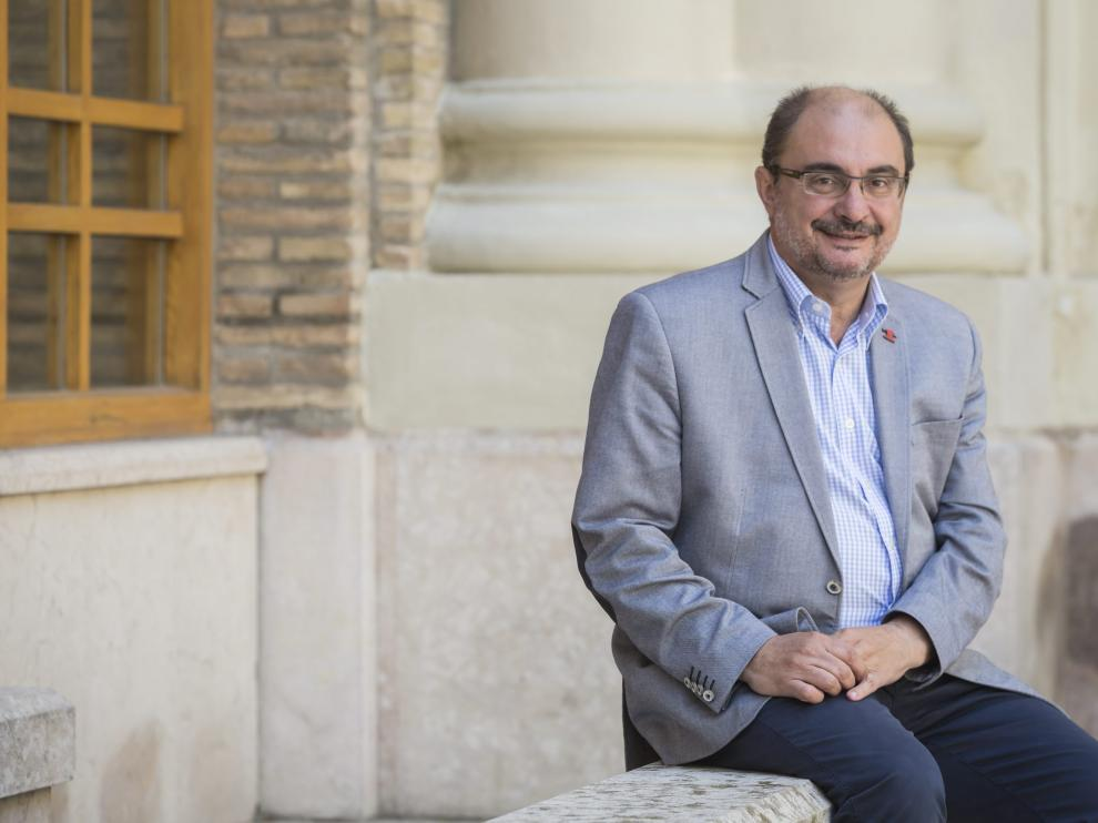El presidente aragonés, el socialista Javier Lambán, en el patio de Presidencia del edificio Pignatelli.