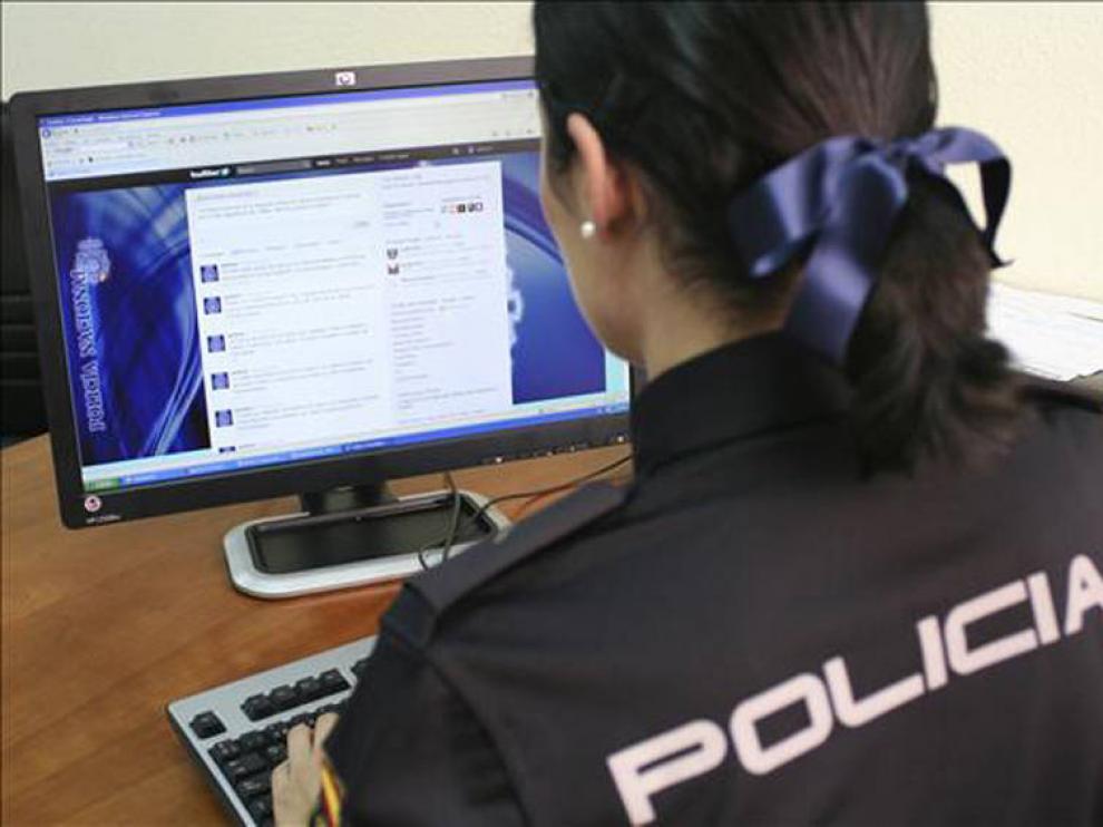 Imagen de una agente de la brigada de delitos informáticos