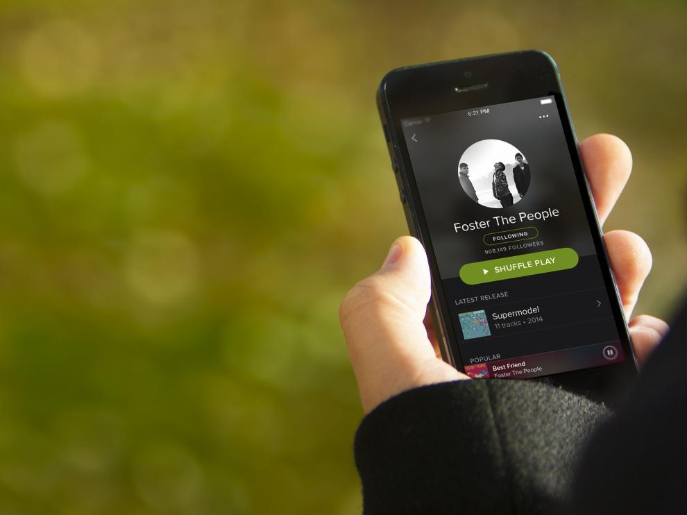 Un usuario utiliza la aplicación de Spotify para móviles.