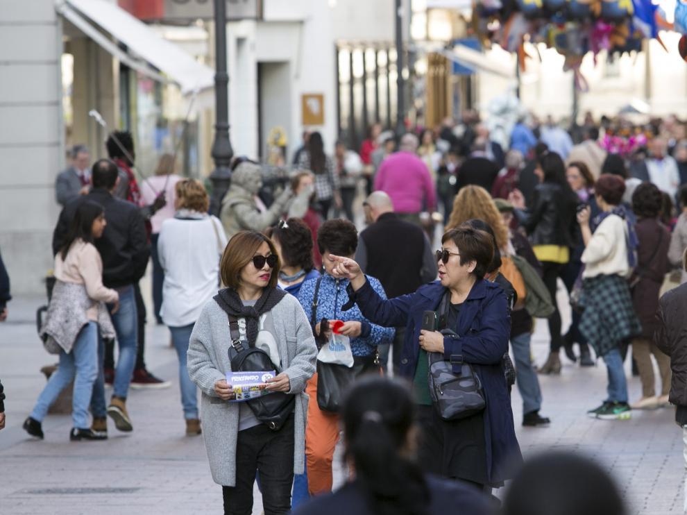 Hasta las turistas orientales cogen capazos cuando están de visita en Zaragoza.