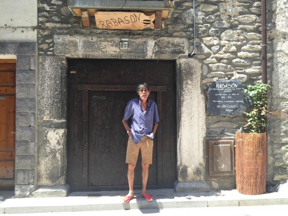 Mariano Sala posa en la puerta de su bar, el Rabasón, donde se ideó la locura de subir un vespino al Aneto