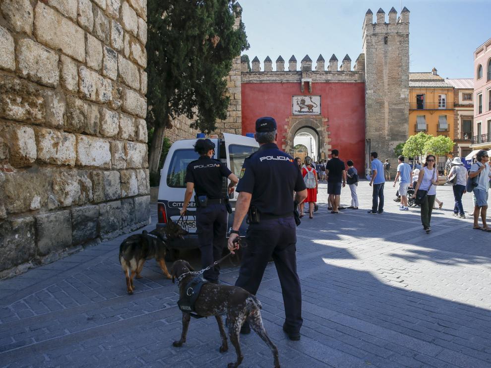 Policía patrullando por las calles de Sevilla.