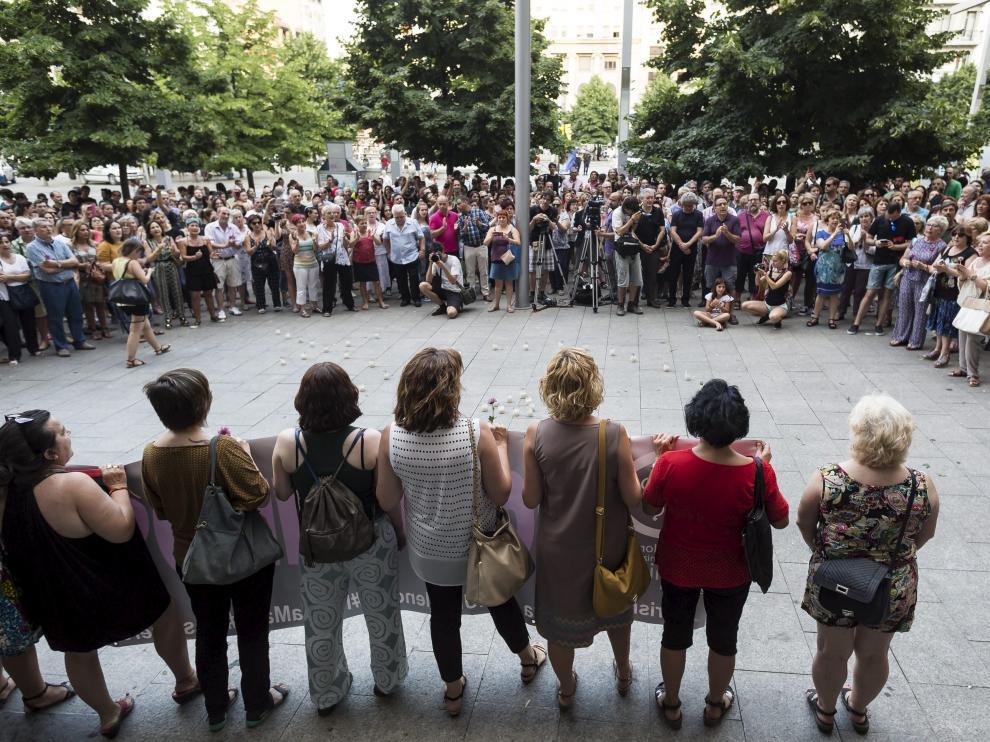 ?Unas 300 personas expresan su repulsa contra la violencia machista en Zaragoza