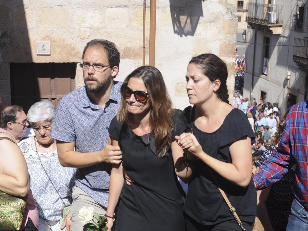 Raquel Sanz, la esposa de Víctor Barrio, en su funeral.