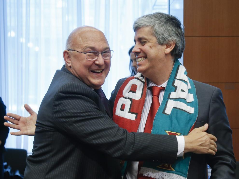 El ministro portugués de Finanzas, Mário Centeno (dcha.), abraza a su homólogo francés, Michel Sapin.