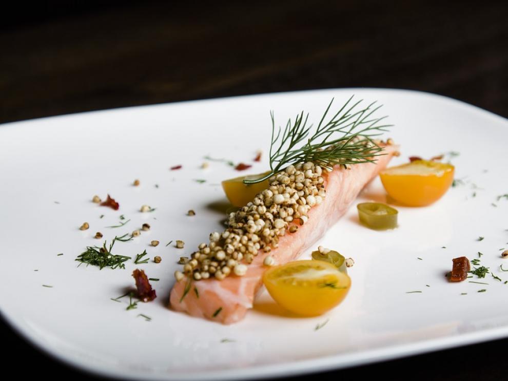 Un plato de ceviche de salmón.
