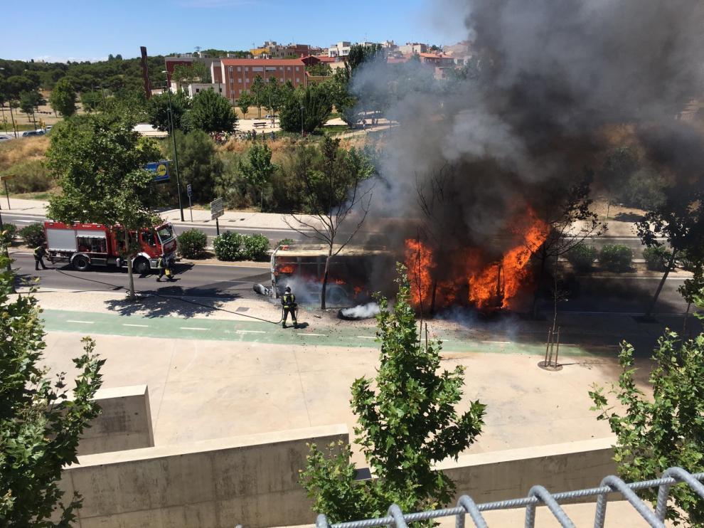 Incendio de un autobús urbano en Puerto Venecia.