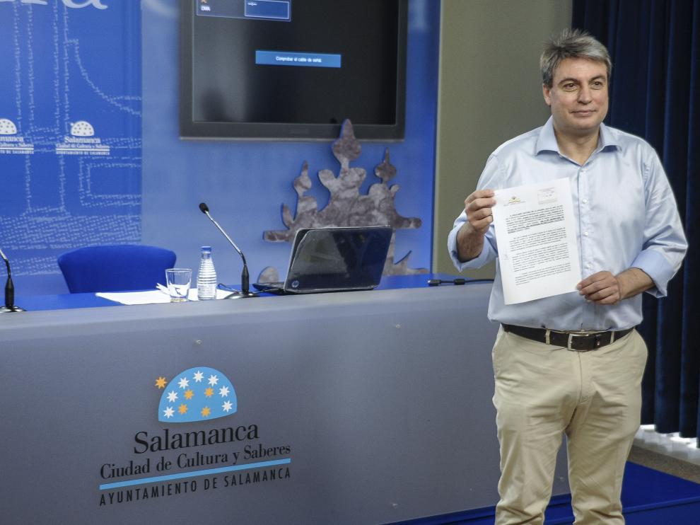 Sánchez con un documento del Archivo de Salamanca.