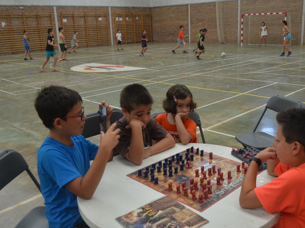 Niños en el polideportivo de Fonz con motivo de La Movida del Cinca Medio.