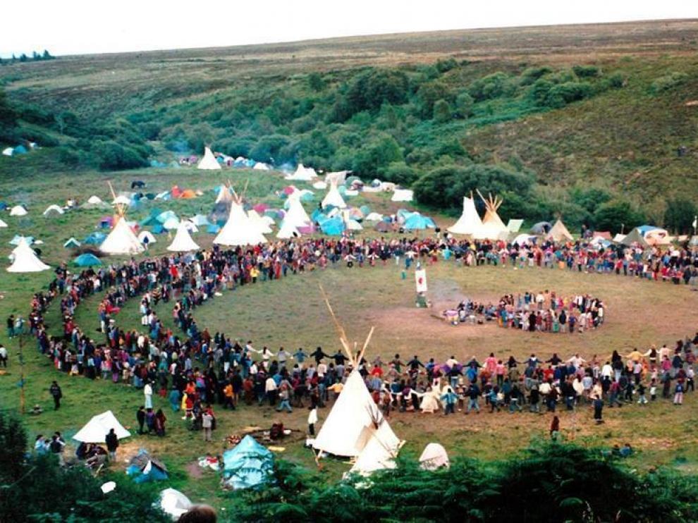 Imagen de un encuentro de la Familia Arcoiris en 1993 en Irlanda