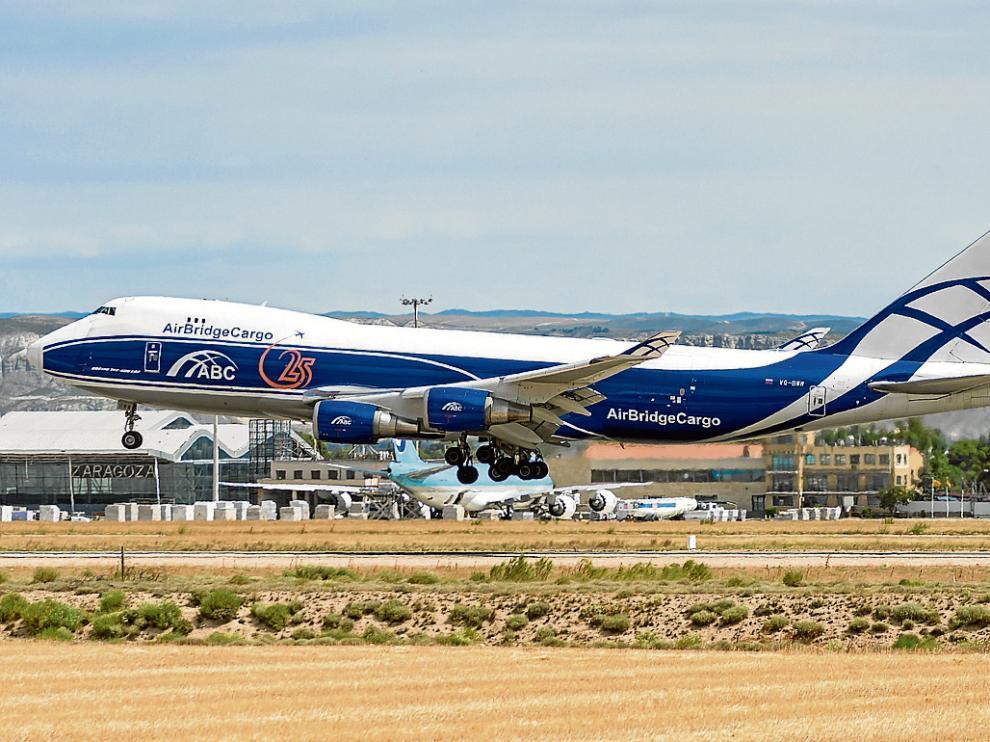 Concentración de cargueros. El aeropuerto recibirá a partir del verano casi una treintena de vuelos semanalesde mercancías.