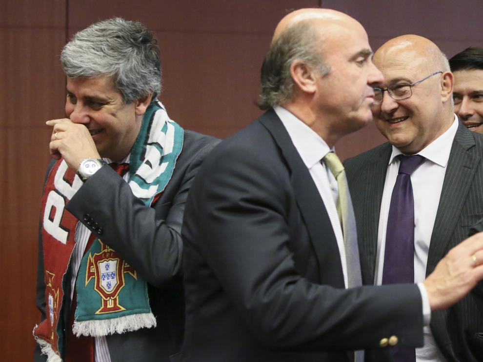 De guindos delante de ministro portugués de finanza en la reunión del eurogrupo