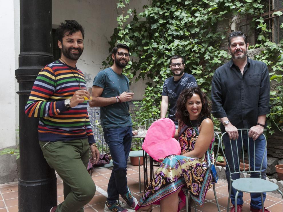Carlos Mariñosa, Raúl Crisán, Jorge Alfaro, Sergio Rubio y Claudia Bustos, sentada, en el patio del Jardín del Temple.