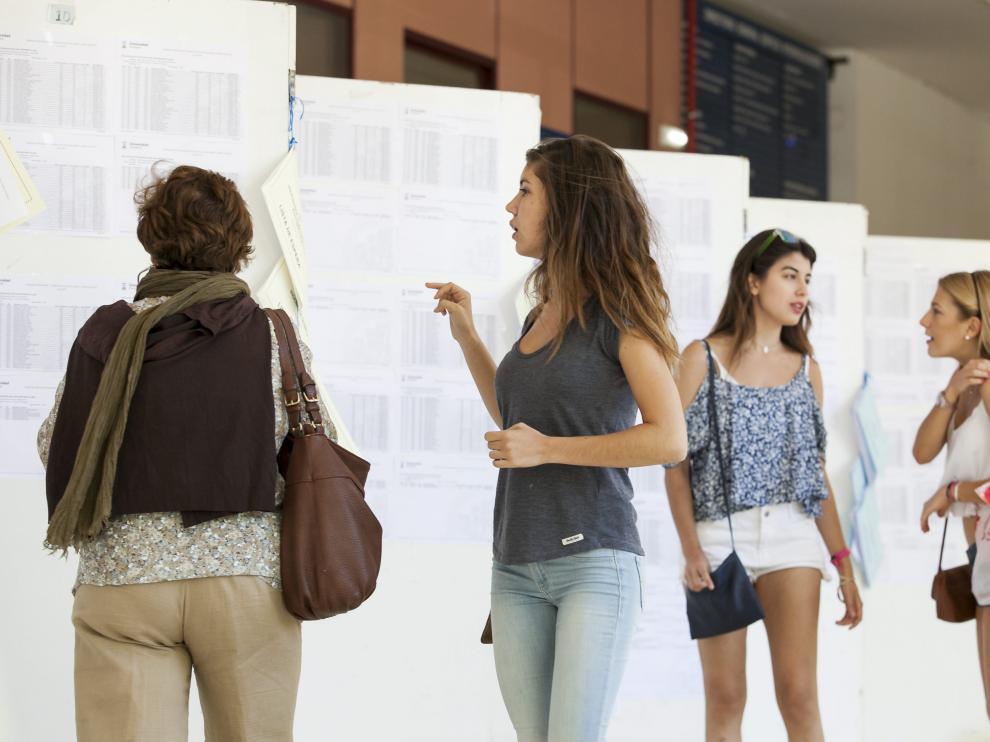 Imagen de archivo de alumnos consultando el acceso a las titulaciones.