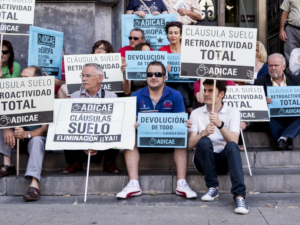 Protesta de varios afectados este miércoles en Zaragoza
