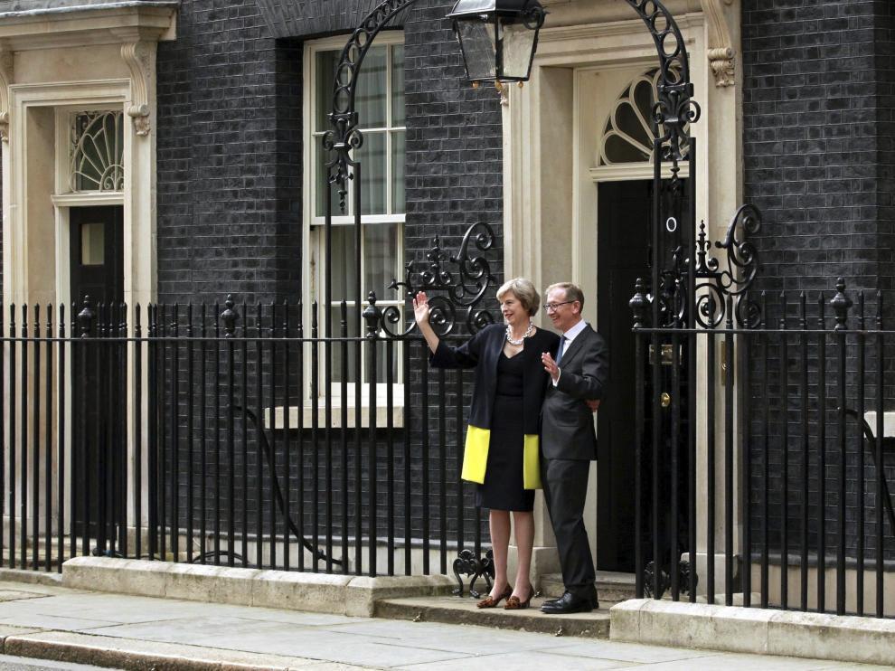 Theresa May y su marido, este miércoles en la puerta de Downing Street.