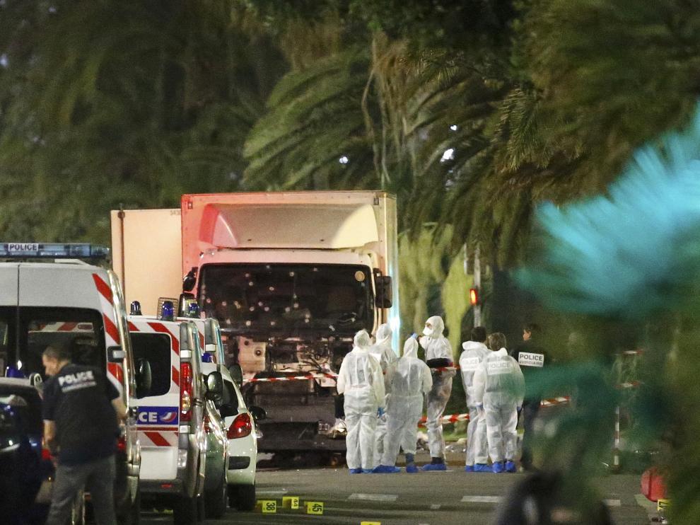 Un camión atropella a una multitud en Niza
