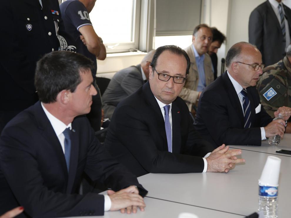 Valls, Hollande y Bernard Cazeneuve este viernes.