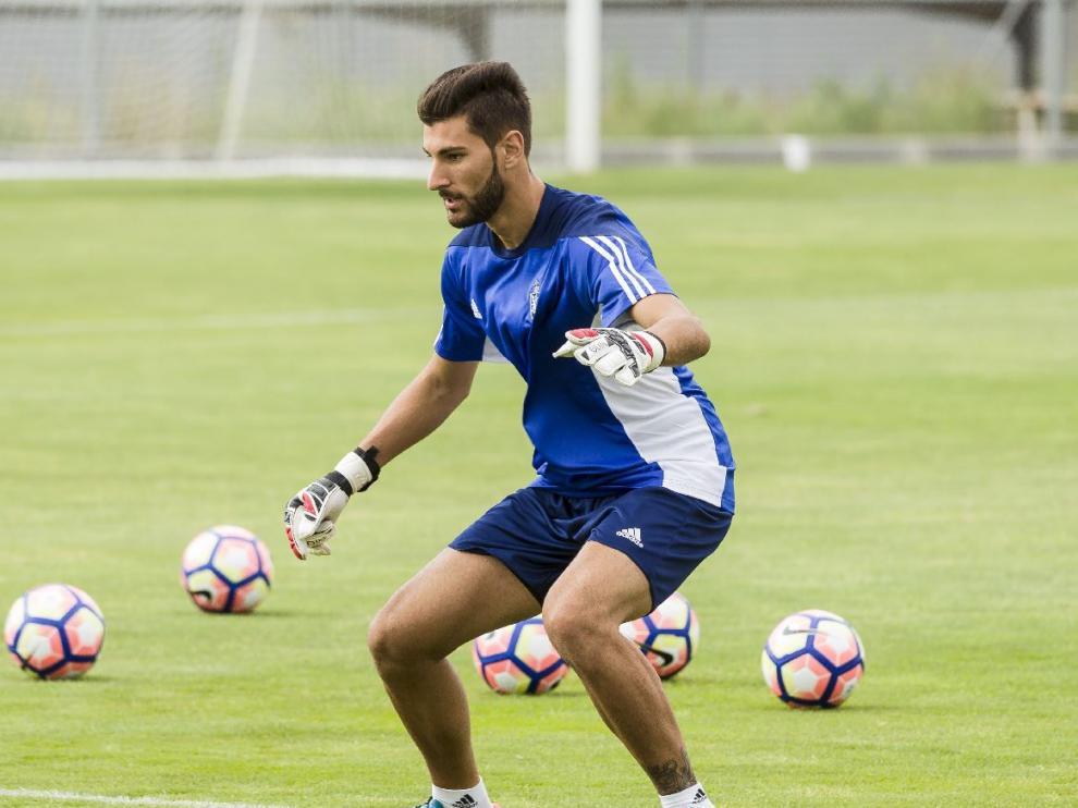 Álvaro Ratón, en una acción durante el entrenamiento del Real Zaragoza en la Ciudad Deportiva.