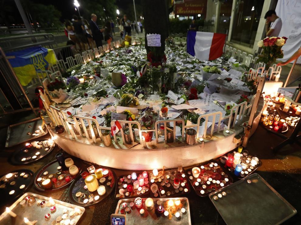Improvisado memorial a las víctimas en el paseo de los Ingleses de Niza