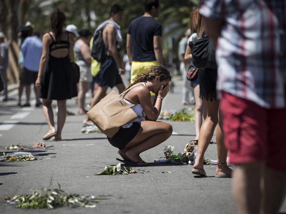 Disntintas personas han puesto flores en el paseo en señal de duelo y homenaje a las víctimas