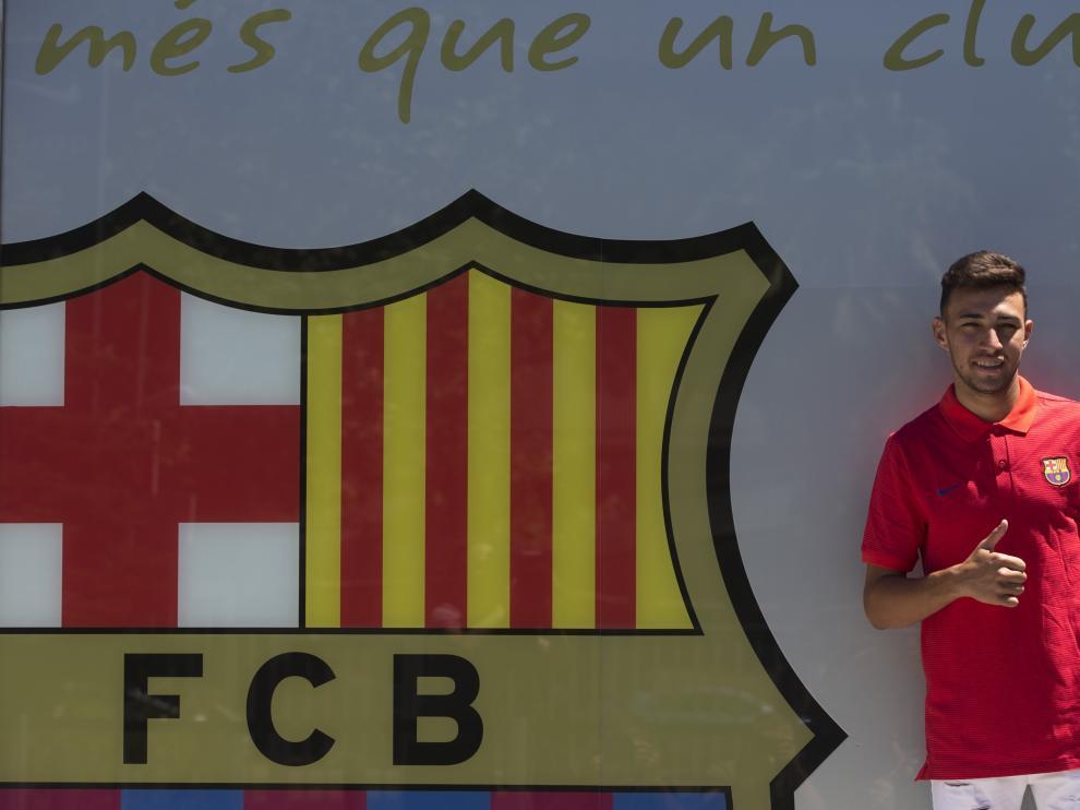 Munir, junto al escudo del Barcelona.